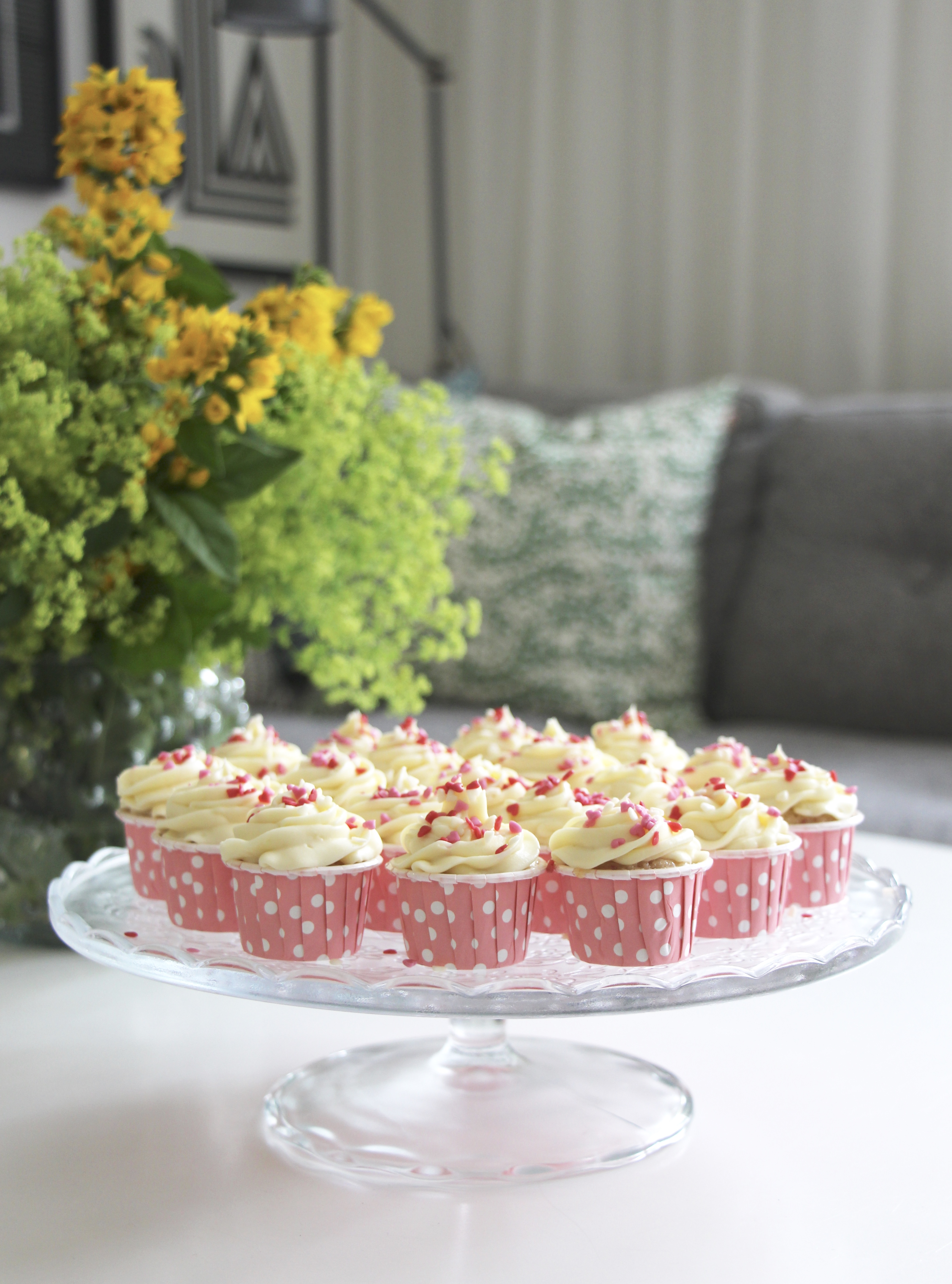 Halloncupcakes med vit chokladfrosting